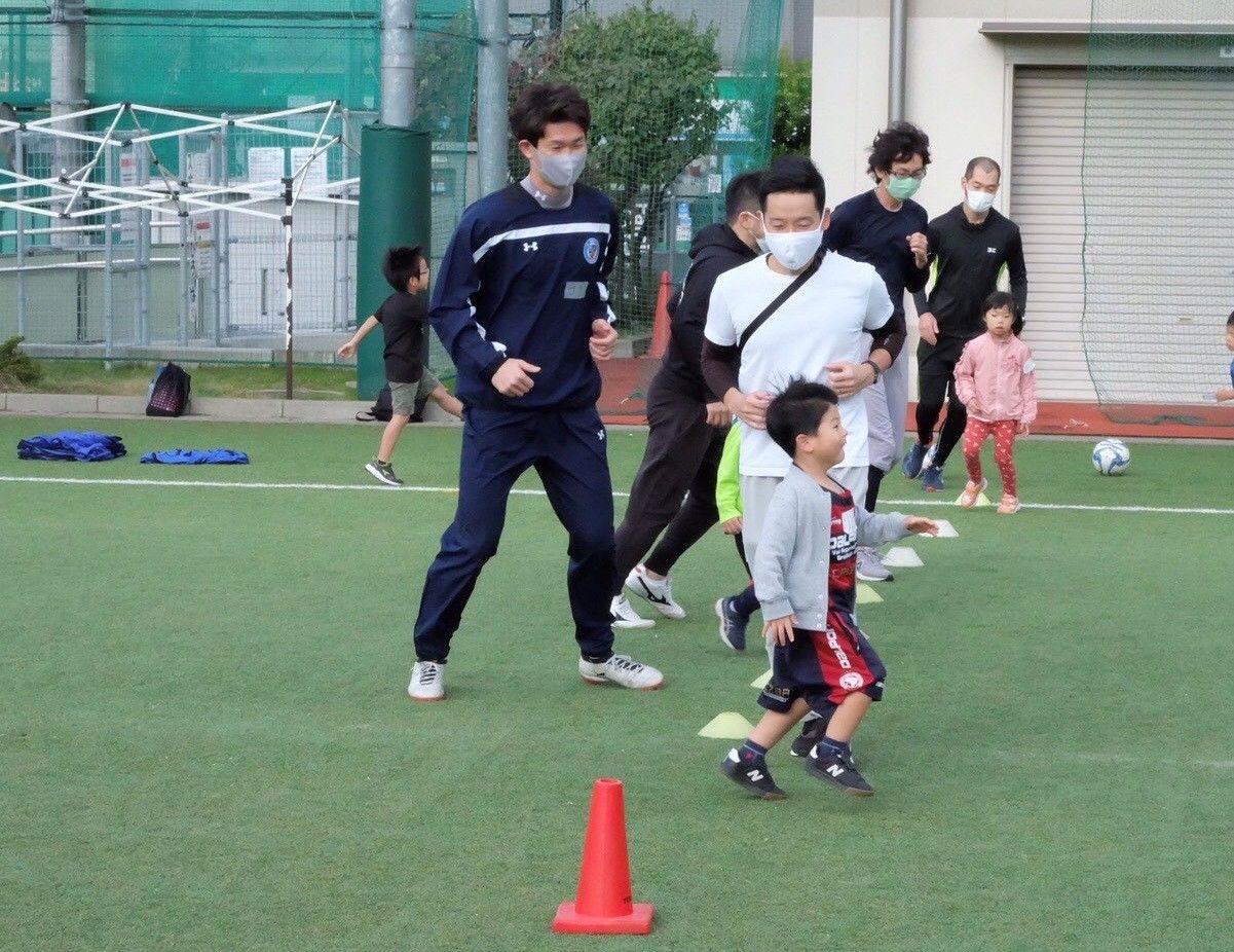 伊藤剛選手もボールを追い掛けます